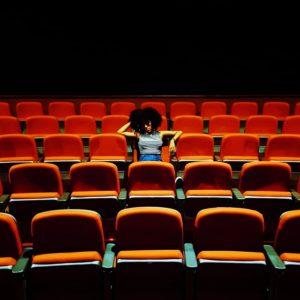 1人で映画を見る人の画像