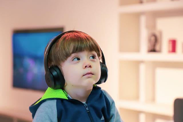 ASMRを聴く子ども