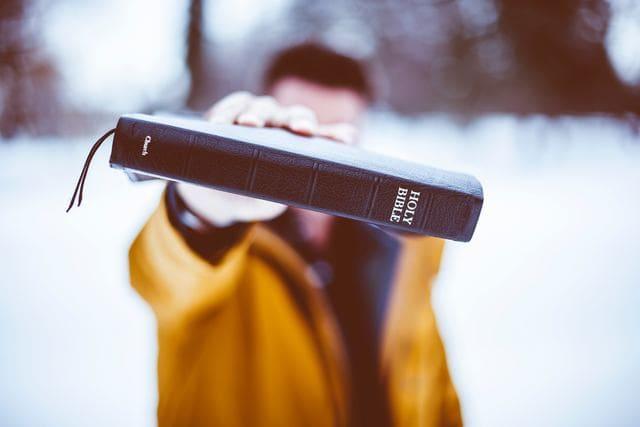 本を持つ男性