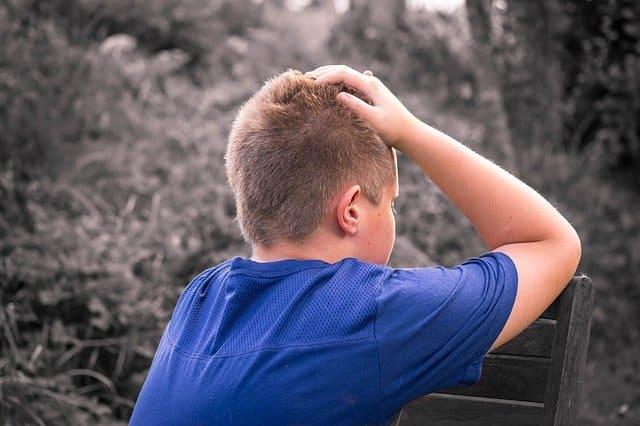 挫折する少年