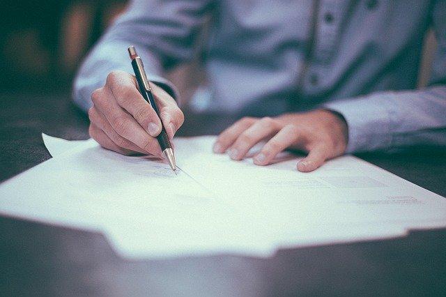 字を書いている人