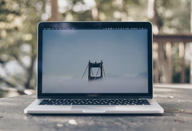 机に置かれたMacBook