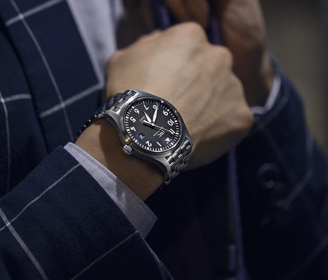腕時計をするスーツ姿の男性